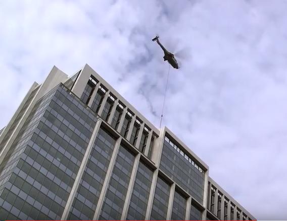 La rue étroite dans laquelle est situé l'immeuble SAP France et ses 22 étages ont nécessité l'hélitreuillage des chillers qui a été réalisé avec un Super Puma