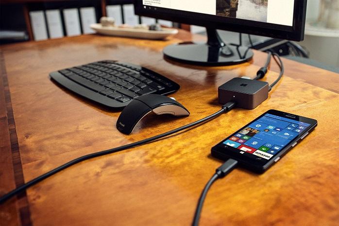 La station d'accueil Microsoft HD-500 est accompagné d'un chargeur rapide USB-C et d'un câble USB type C mâle-mâle.