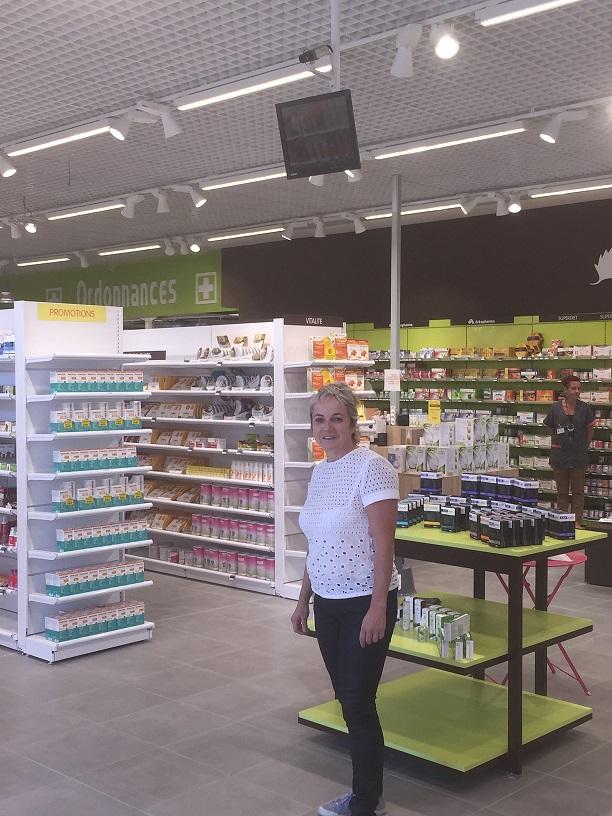 Agnès Praden dans sa pharmacie