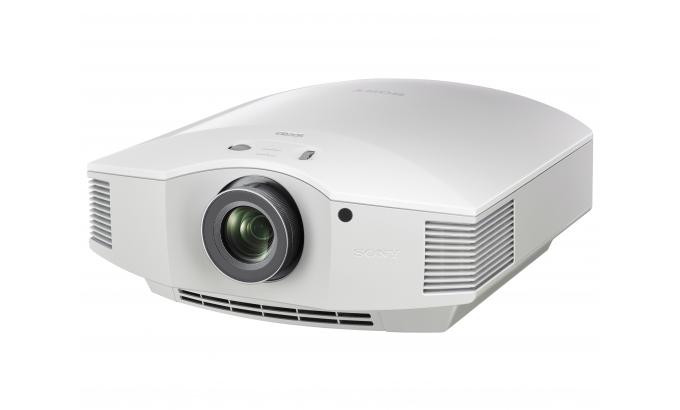 Home cinéma en 4K dans le salon avec ce projecteur Sony, en blanc ou noir.