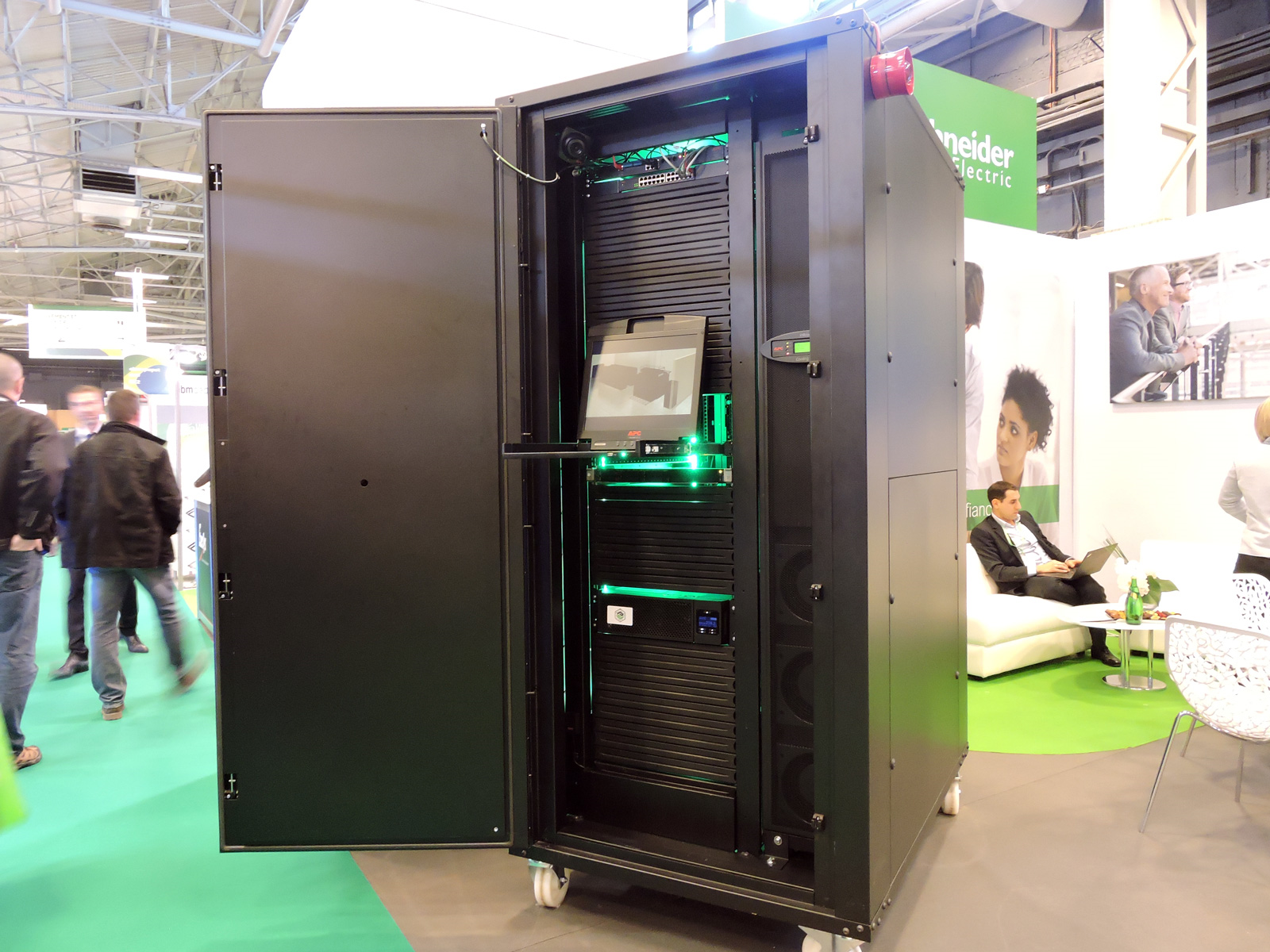 edge computing schneider electric fait son tour de france avec son smartbunker informatique. Black Bedroom Furniture Sets. Home Design Ideas