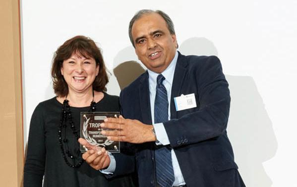 Homayoun MIR, DSI de Kubota avec son Trophée IT et Caroline Lebeau, NTT Communications, partenaire de Kubota et également un des sponsors des Trophées