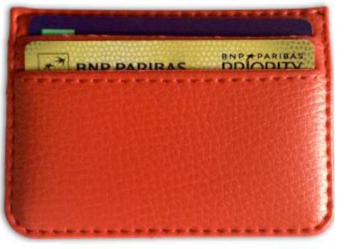 protège carte bleu en simili cuir rouge.
